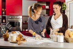 Молодые женщины в кухне Стоковое Фото