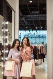 Молодые женщины в магазине стоковые изображения rf