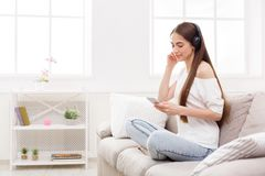 Молодые женщины в наушниках слушая к музыке и используя smartphone Стоковая Фотография RF