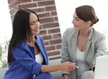 Молодые женщины в офисе работая совместно на настольном компьютере Стоковое Фото