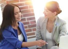 Молодые женщины в офисе работая совместно на настольном компьютере Стоковое Изображение