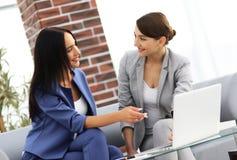 Молодые женщины в офисе работая совместно на настольном компьютере Стоковое фото RF
