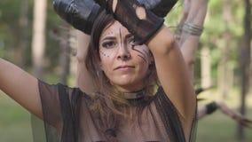Молодые женщины в театральных костюмах жильцов или дьяволов леса танцуя в представлении показа леса или делая ритуал видеоматериал