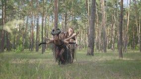 Молодые женщины в театральных костюмах нимф леса танцуя в представлении показа леса или делая ритуал видеоматериал