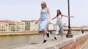 Молодые женщины идя и танцуя вдоль обочины рекой видеоматериал