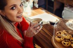 Молодые женщины имея кофе на баре кафа стоковые изображения rf