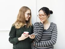 Молодые женщины используют мобильный телефон Стоковое Изображение