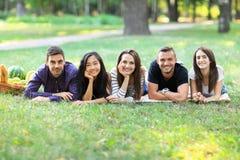 Молодые женщины и люди различной этничности имея потеху совместно Стоковая Фотография RF