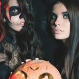 Молодые женщины моды идя к партии 2017 хеллоуина Стоковое Изображение RF