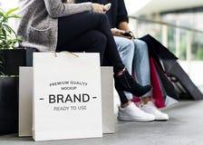 Молодые женщины наслаждаются ходя по магазинам концепцией Стоковое Фото