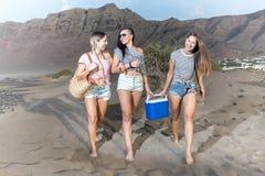 Молодые женщины ослабляя на пляже Стоковые Фотографии RF