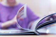 Молодые женщины смотря меню на ресторане, селективном фокусе на меню Стоковое фото RF