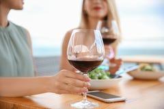 Молодые женщины с стеклами вина Стоковое Фото