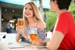 Молодые женщины с стеклами холодного пива Стоковое фото RF
