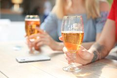 Молодые женщины с стеклами холодного пива Стоковая Фотография