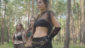 Молодые женщины с тонким телом в театральном костюме и составить nymth леса танцуя в представлении показа леса или сток-видео