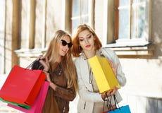 Молодые женщины с хозяйственными сумками Стоковая Фотография