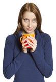 Молодые женщины с чашкой стоковая фотография rf