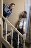 Молодые женщины украшают лестницы и смех стоковое фото rf