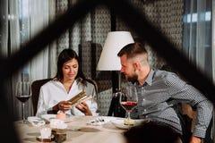 Молодые жизнерадостные датировка человека и женщины и тратить время совместно в кафе Стоковое Изображение RF
