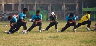 Молодые игроки протягивая вокруг земли сверчка стоковое фото rf