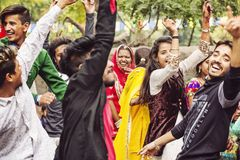 Молодые индейцы танцуя на свадебном банкете стоковое изображение rf