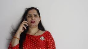 Молодые индийские женщины говоря на смартфоне акции видеоматериалы