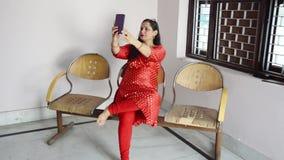 Молодые индийские женщины используя смартфон акции видеоматериалы