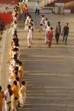 Молодые индусские священники делая парад на береге реки Ганга в Варанаси, Уттар-Прадеш, Индии стоковое изображение rf