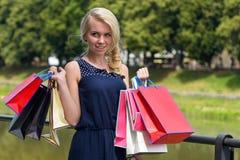 Молодые и милые покупки женщины Женщина в черном платье Стоковые Фотографии RF