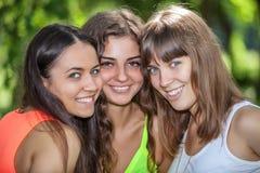 Молодые и привлекательные подруги в парке Стоковые Изображения