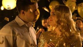 Молодые кавказские пары flirting и танцуя на партии ночного клуба, имеющ потеху акции видеоматериалы