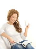 Молодые кавказские чтение и выпивать женщины Стоковое Изображение