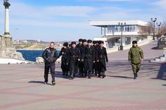 Молодые кадеты морского коллежа, будущие матросы на портовом районе стоковая фотография