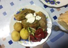 Молодые картошки как блюдо на таблице o стоковые фото