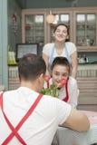 Молодые кельнеры в ультрамодном кафе Когда никакие посетители стоковые фото
