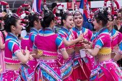 Молодые китайские девушки танцуют народный танец в традиционных костюмах Стоковые Изображения
