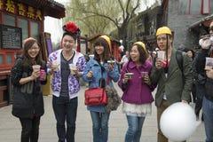 Молодые китайские люди и женщины имеют потеху в заречье зрелищности Пекина Стоковое Изображение RF