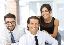 Молодые коллеги дела на заднем плане офиса Стоковая Фотография RF