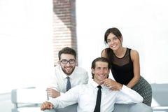 Молодые коллеги дела на заднем плане офиса Стоковое Фото