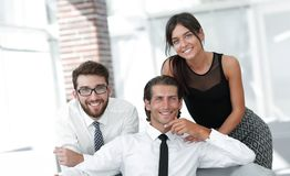 Молодые коллеги дела на заднем плане офиса Стоковые Фотографии RF