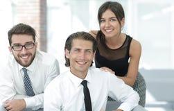 Молодые коллеги дела на заднем плане офиса Стоковое Изображение