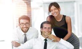 Молодые коллеги дела на заднем плане офиса Стоковые Изображения