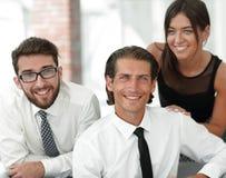 Молодые коллеги дела на заднем плане офиса Стоковые Изображения RF