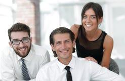 Молодые коллеги дела на заднем плане офиса Стоковое Изображение RF
