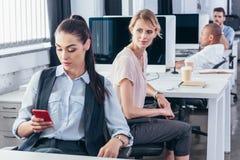 Молодые коммерсантки в офисе Стоковое Изображение