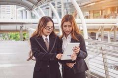 молодые коммерсантки используя планшет на городе Стоковые Фотографии RF