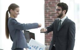 Молодые коммерческие директоры показывают их успех Стоковое фото RF