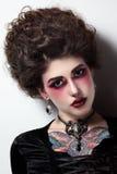 Молодые красивая девушка с винтажным hairdo и готический стоковое изображение