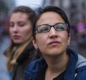 Молодые красивые девушки - близкая поднимающая вверх съемка в городе Стоковое Фото